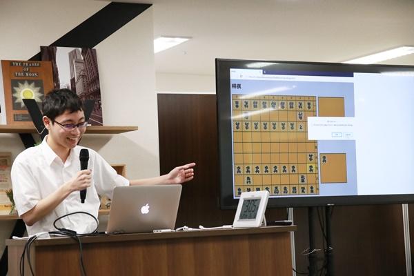 自分が作った将棋アプリを紹介する生徒