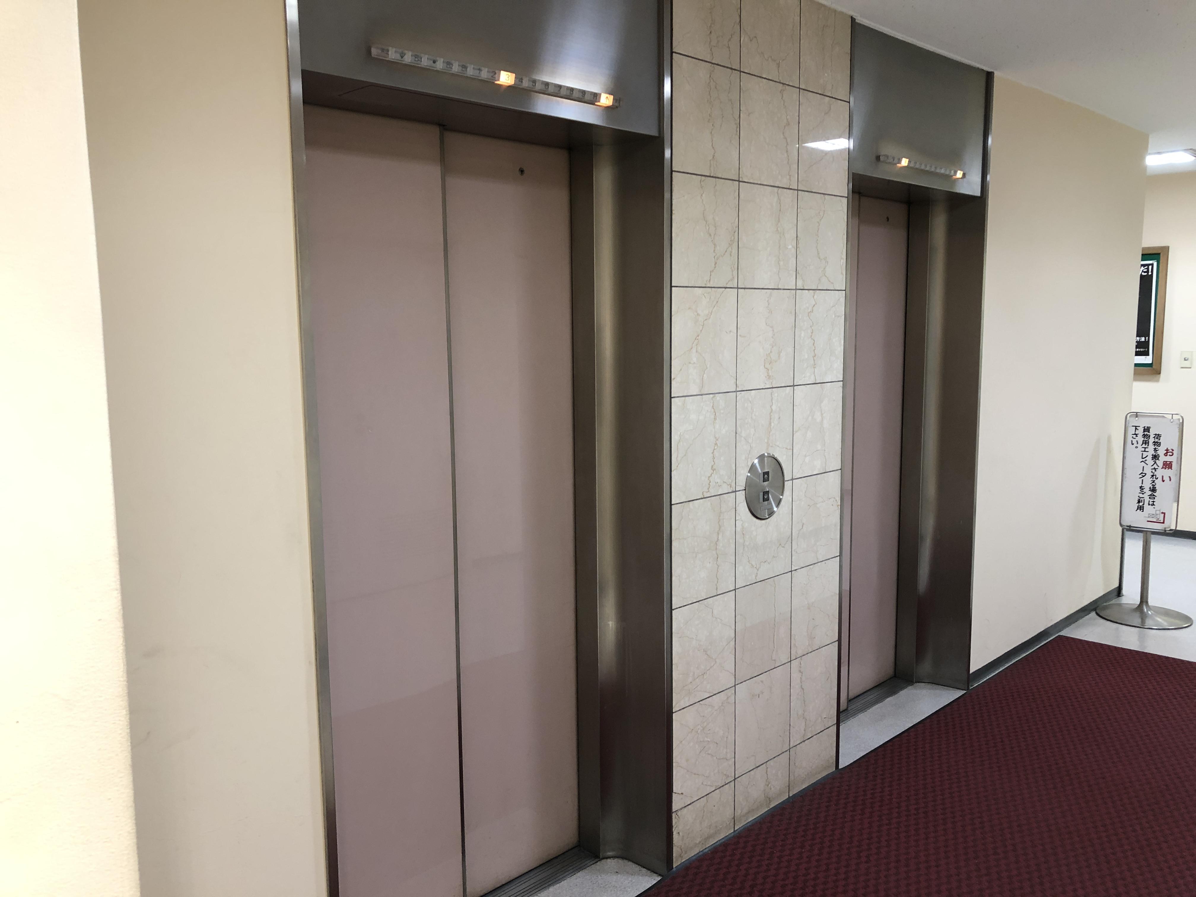 エレベーターで3階へ